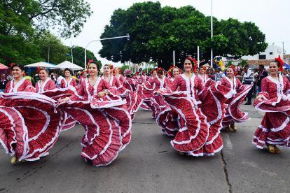 Mujeres bailando durante el desfile de Piloneras realizado en Valledupar.