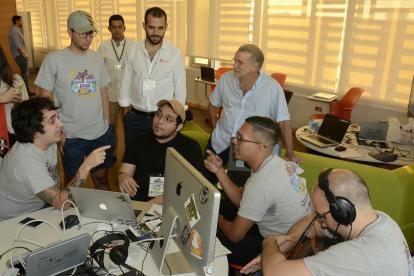 Luis García, Isaac Cortissoz, Jorge Serrano Ghisays y Mauricio Movilla junto al gobernador Eduardo Verano y su secretario de Informática,  Camilo Cepeda.