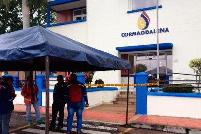 Empleados de Navelena en Barrancabermeja bloquearon el ingreso a las instalaciones de Cormagdalena en la mañana de ayer.