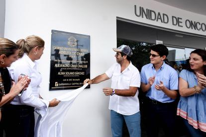 El alcalde Alejandro Char devela la placa de la obra en compañía de funcionarios de su gabinete.