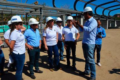 La directora de Coldeportes, Clara Roldán, y el alcalde distrital de Santa Marta, Rafael Martínez, en la visita que realizaron el pasado 2 de marzo a los escenarios deportivos.