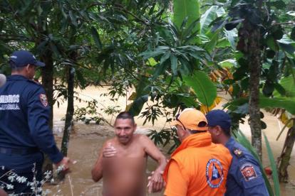 Uno de los rescatados junto al equipo de Defensa Civil que los rescataron en Tierralta.