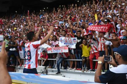 Teófilo Gutiérrez saluda a los hinchas rojiblancos de la tribuna occidental baja.