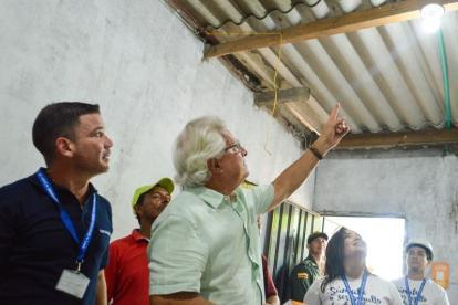 José Rodrigo Dajud, director comercial de Electricaribe, y el alcalde Joao Herrera durante la entrega de varias bombillas.