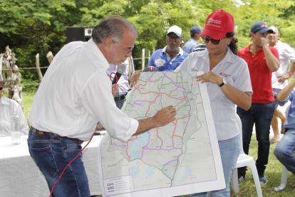 Verano explicando los planos de la nueva carretera.