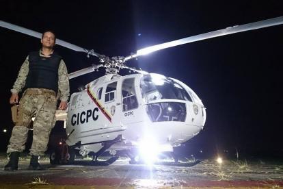 Óscar Pérez posa junto a un helicóptero del CICPC.