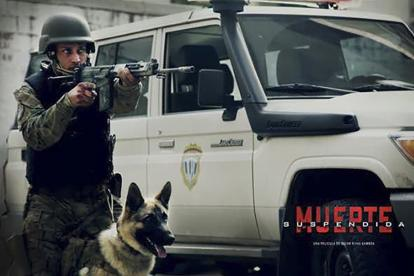 "Óscar Pérez  aparece en un afiche promocional de la película 'Muerte suspendida""."
