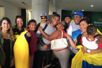El volante Wílmar Barrios se abraza con sus familiares al regresar a Cartagena.