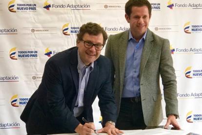 Luis Fernando Andrade e Iván Mustafá en la firma del convenio.