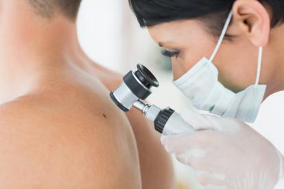 Un paciente durante una consulta dermatológica por manchas en la piel.