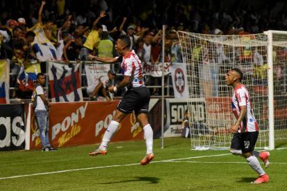 James Sánchez celebra el gol de la victoria de Junior 1-0 sobre Jaguares. Jarlan Barrera lo acompaña.