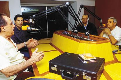 El empresario y hombre de la música Farid Char, en el programa 'Boleros de Oro 'con su amigo Nelson Pinedo y su equipo de trabajo, en Emisora Atlántico.
