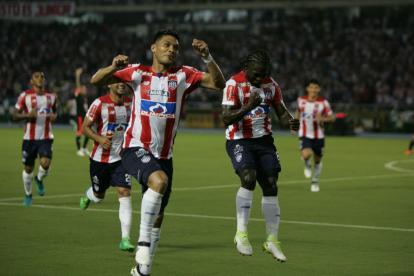 Teófilo Gutiérrez y Yimmi Chará, principales figuras del partido, celebran el tercer gol de Junior ante América.  Lo anotó el barranquillero.