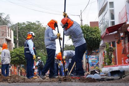 Trabajadores de Quavii realizan obras en la ciudad de Trujillo, en Perú.