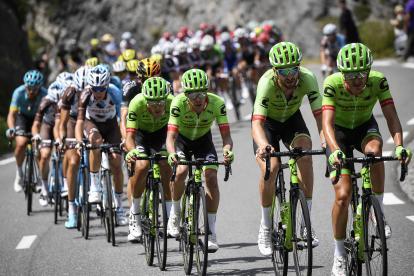 El colombiano Rigoberto Urán (centro, de verde) durante su participación en la etapa 18 del Tour de Francia.