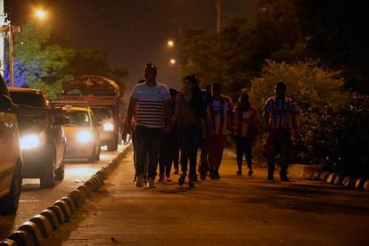 Asistentes al partido de este jueves caminando por la vía de Transmetro.
