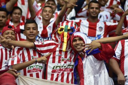 Aficionados del Junior apoyando a su equipo en el choque del pasado jueves ante el América de Cali, en el estadio Metropolitano.