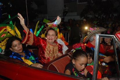 Esthercita Forero saluda en 2010 al público barranquillero asistente a una noche de Guacherna. Fotografía del archivo histórico de EL HERALDO.