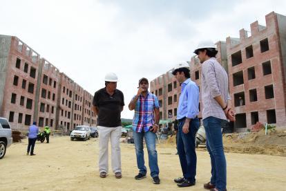 El alcalde Alejandro Char inspecciona las obras junto al constructor de la obra y directivos de los Juegos.