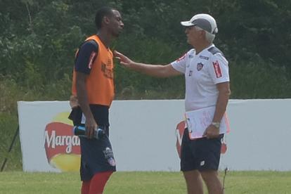 El defensor bogotano conversa con Julio Comesaña.