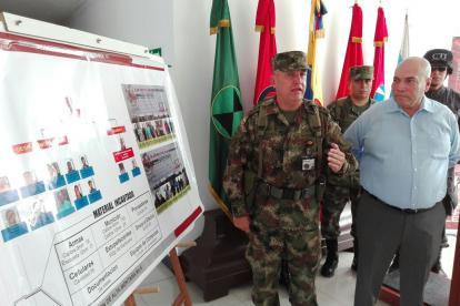 El brigadier general Jorge Navarrete, comandante de la Primera División y el director de Fiscalía Magdalena, Vicente Guzmán, explicaron ayer la captura de 11 presuntos integrantes de la banda Oficina Caribe, liderada por alias La Silla.