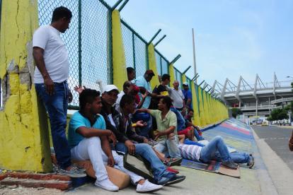 Las personas que hicieron cola ayer en el estadio Metropolitano con la esperanza de conseguir una boleta.
