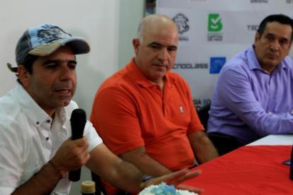 El alcalde Alejandro Char, el CEO de Tecnoglass Christian Daes y Alfredo Gómez de la Sociedad de Arquitectos, en la presentación del concurso.
