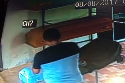 Captura del vídeo donde se ve que embalan el ataúd.