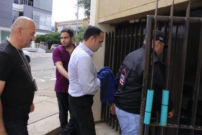 Momento en el que Óscar Tom Socarrás, centro, ingresaba detenido al CTI.