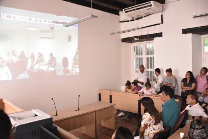 Periodistas siguen la audiencia a través de una pantalla gigante, en una sala aparte.