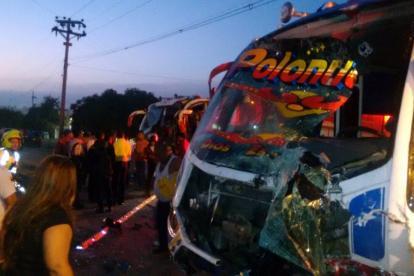 Así quedó uno de los buses tras el accidente.