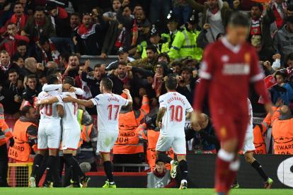 Joaquín Correa, Luis Muriel y otros compañeros durante el festejo del gol del Sevilla FC.