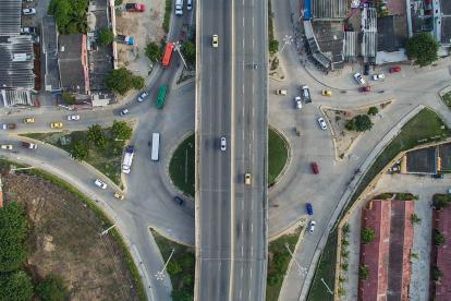 El puente. En esta imagen tomada con un dron se aprecian los carriles estrechos y la forma de las esquinas de la rotonda del puente, que al ser puntiagudas, obligan a los vehículos a hacer maniobras para avanzar.