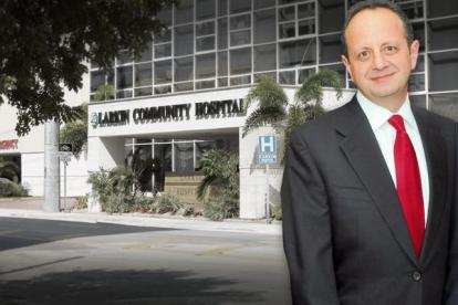 Jack Michel y al fondo el Larkin Community Hospital.