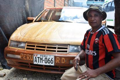 Bienvenido Ortega junto al carro que elaboró para su hija.
