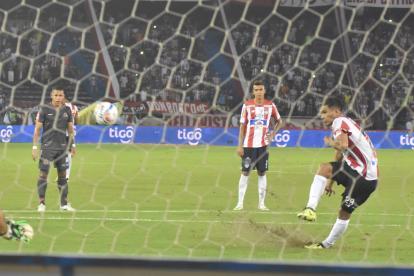 Teófilo Gutiérrez levanta grama y tierra en el cobro del tiro penal que erró el pasado sábado ante Tigres.