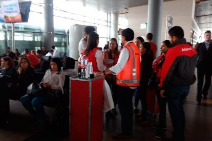 Personal de Avianca atiende a pasajeros en el aeropuerto El Dorado.