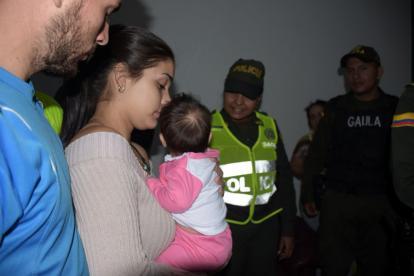 La bebé de dos meses es cargada por su madre.