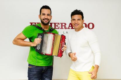 El acordeonero Paulo Del Toro junto al cantante Cayito Dangond.