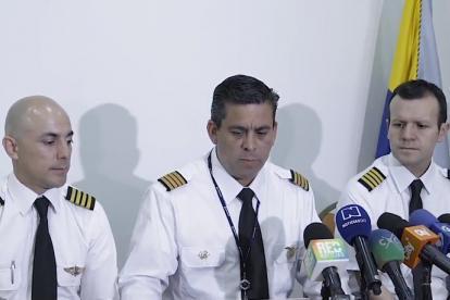 El capitám Jaime Hernández (centro), presidente de Acdac, con los capitanes Julián Pinzón (i) y Alonso Obando.