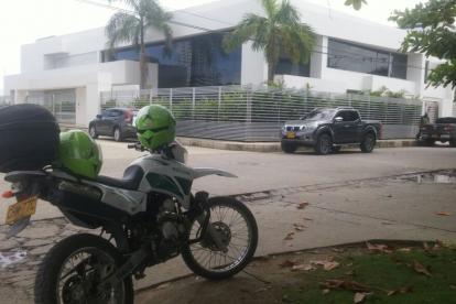 Policías apostados en la vivienda del senador cordobés, en Montería.