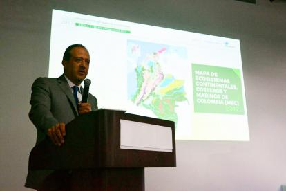 Omar Franco, director del Ideam, explica el nuevo mapa de ecosistemas del país.