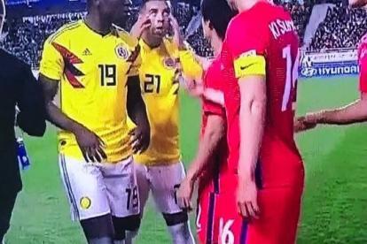 Edwin Cardona realiza un gesto racista durante el encuentro entre Colombia y Corea del Sur.