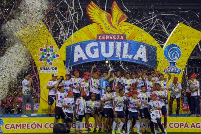 Los jugadores de Junior festejan el título de la Copa Águila 2017.