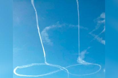 El dibujo que hizo el piloto con la estela de humo del avión.