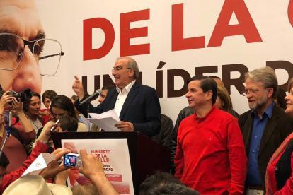 De la Calle luego de que conociera los resultados de la consulta liberal. A su lado, Juan Fernando Cristo.