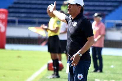 Flabio Torres, técnico del Deportivo Pasto, entregando indicaciones durante el partido contra Junior.
