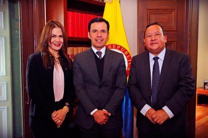 La gobernadora (e) de La Guajira, Tania Buitrago, junto Guillermo Rivera, y Weildler Guerra Curvelo, mandatario encargado anterior.