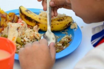 Un niño comiendo en un comedor del PAE