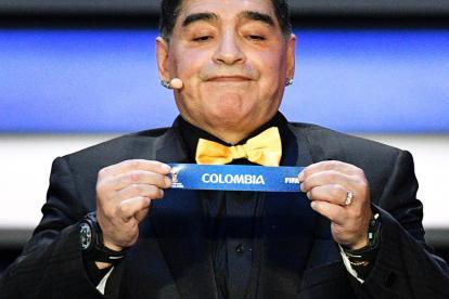 Diego Maradona saca la balota con el nombre de Colombia.